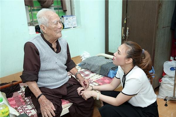 Cô ân cần thăm hỏi từng thành viên lớn tuổitrong viện dưỡng lão. - Tin sao Viet - Tin tuc sao Viet - Scandal sao Viet - Tin tuc cua Sao - Tin cua Sao