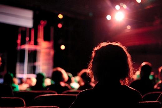 Trong rạp chiếu bóng, nhà hát, hội trường, nếu ghế của bạn nằm ở bên trong thì lúc đi vào chỗ ngồi, nên quay mặt về phía những người đang ngồi bên ngoài. (Ảnh: Internet)