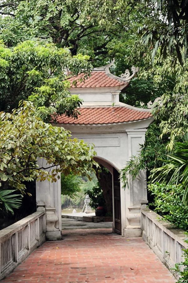 Đường vào sân chùa vô cùng vắng vẻ. (Ảnh: Internet)