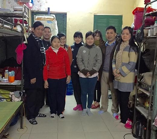 Thầy Cương cùng các giảng viên và các cựu sinh viên đến thăm hỏi, động viên và tặng quà cho Mại (áo đỏ). (Ảnh: Internet)