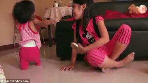 Tuy vậy, cô bé vẫn rất hoạt bát năng động vui đùa cùng các chị. (Ảnh: Internet)