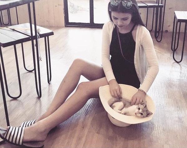 Thân hình đẹp với đôi chân dài miên man của cô gái trẻ.