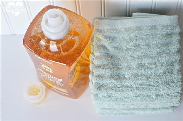 Dùng giấm giặt quần áo để không bị bay màu. (Ảnh: Internet)