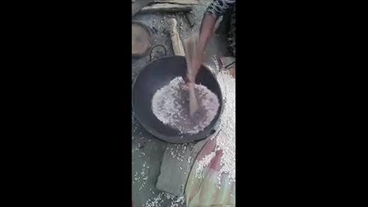 Ngỡ ngàng với cách rang bỏng gạo lạ nhất trên đời