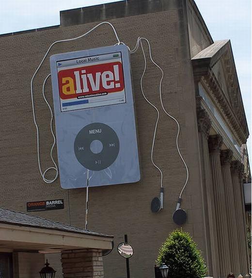 """Nếu nghĩ đây chỉ là mô hình để quảng cáo thì bạn đã nhầm, bởi chiếc máy nghe nhạc khổng lồ này có thể phát ra các bài hát. Được lắp đặt tại Columbus, Ohio, Mỹ, hàng tuần, chiếc """"iPod khổng lồ"""" phát các bài hát yêu thích, các đoạn video nhiều người xem, thậm chí là các chương trình TV, chương trình dạy nấu ăn... (Ảnh: Internet)"""