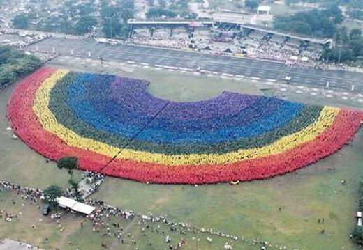 Ngày 18/9/2004, hơn 31.000 sinh viên, giảng viên, nhân viên và cựu sinh viên của trường Đại học Bách khoa Philippines đã kết hợp để tạo thành cầu vồng người lớn nhất thế giới. Hiện đến nay, kỉ lục vẫn chưa bị phá vỡ. (Ảnh: Internet)
