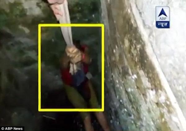 Cô gái rơi xuống giếng sâu vì mải lo chụp ảnh tự sướng. Ảnh: Internet