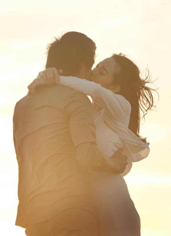Nụ hôn trên biển đầy lãng mạn của Minh Hằng và Quý Bình. - Tin sao Viet - Tin tuc sao Viet - Scandal sao Viet - Tin tuc cua Sao - Tin cua Sao