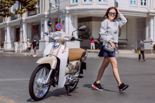 …Và không quên kết hợp với những phụ kiện nổi bật như mắt kính, túi xách, giày sneaker để set đồ thêm ấn tượng.