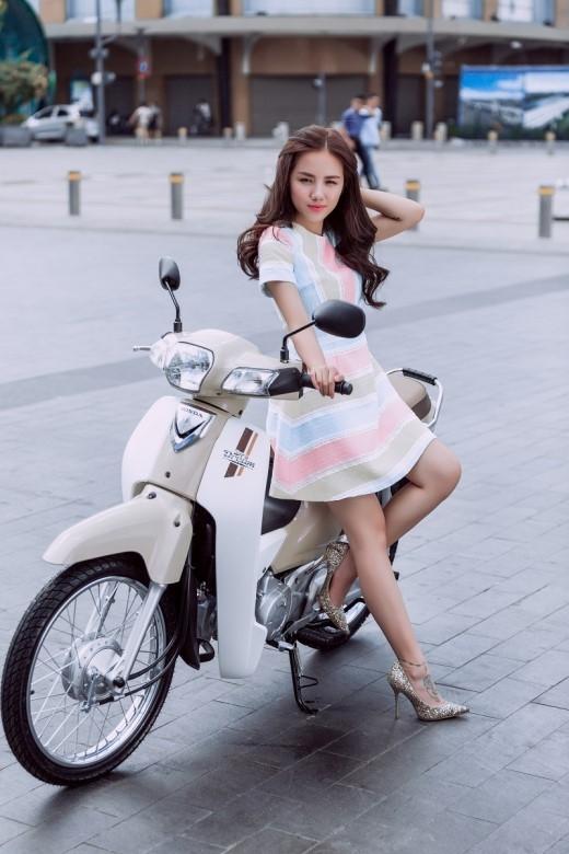 Phương Ly ngọt ngào, điệu đà, hút mắt người đối diện trong chiếc váy pastel.