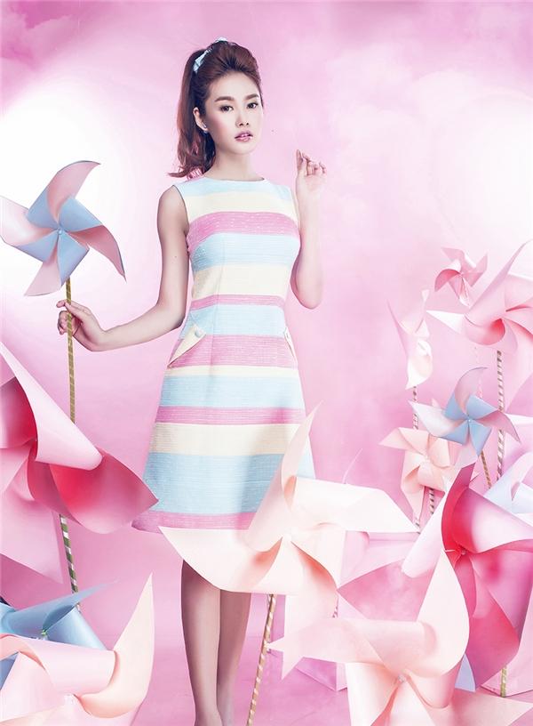 Sắc xanh thiên thanh và hồng thạch anh cùng xuất hiện trên phom váy chữ A kín đáo kinh điển với tỉ lệ phối màu cân đối, thu hút. Nếu lo ngại sự đơn điệu của một gam màu thì còn chần chừ gì mà không trải nghiệm ngay mẫu thiết kế khá thú vị này hỡi các cô gái.