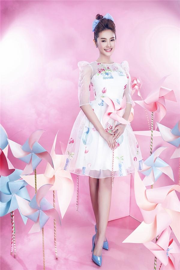 Linh Chi như nàng công chúa bước ra từ câu chuyện cổ với dáng váy bồng xòe điệu đà điểm xuyết hoa xanh, hồng.