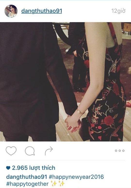 Hình ảnh hai bàn tay đan chặt vào nhau cùng chờ đón khoảnh khắc giao mùa của Trung Tín và ThuThảo đã phần nào cho thấy một chuyện tình nhẹ nhàng, bình yên nhưng không kém phần lãng mạn của họ.