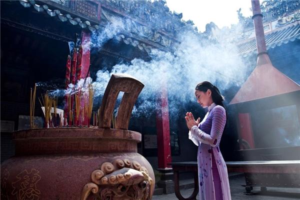 Thắp nhang, lễ Phật là nét đẹp trong văn hóa, tín ngưỡng của người Việt. (Ảnh: Internet)