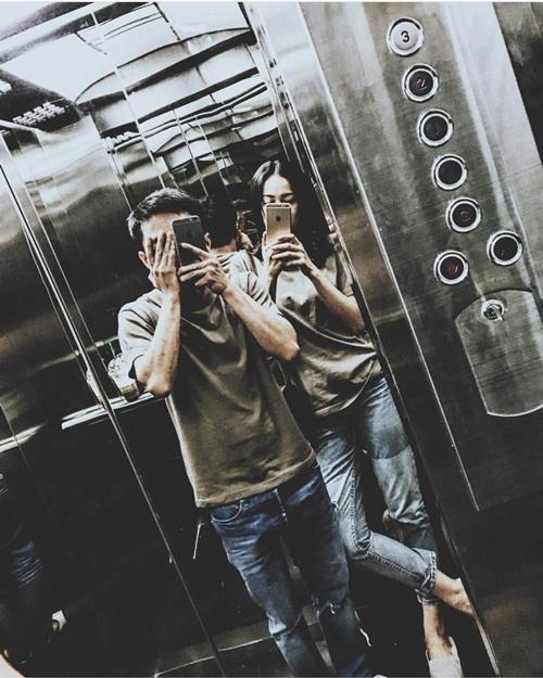 """Mới đây, Hạ Vi tiếp tục đăng tải hình ảnh hạnh phúc của cặp đôi trên trang cá nhân. Trong đó, Hạ Vi và Cường Đôla diện trang phục đồng điệu tối màu. Khoảnh khắc """"tự sướng"""" nhí nhố của cả hai khiến người hâm mộ vô cùng thích thú."""