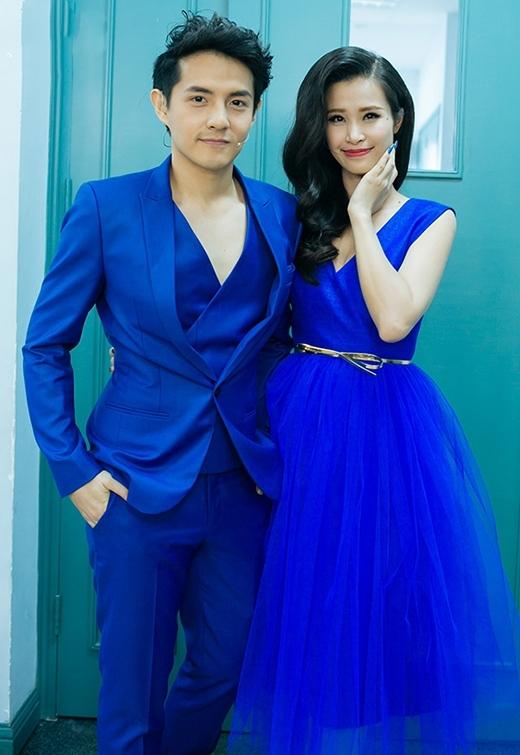 Sắc xanh cobant mang đến vẻ ngoài trẻ trung, thu hút cho cặp đôi tiên đồng ngọc nữ của showbiz Việt. Nếu như Đông Nhi điệu đà với váy voan bồng xòe thì bộ vest của Ông Cao Thắng lại được cách điệu lạ mắt bởi phần áo bất đối xứng bên trong.