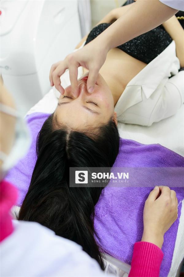 Vệ sinh khuôn mặt, tẩy bỏ trang điểm và diệt khuẩn là công đoạn bắt buộc Quỳnh Anh phải trải qua.