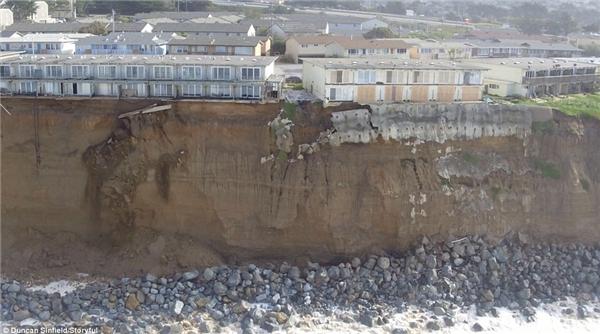 ...và sau khi bị sóng biển tàn phá.(Ảnh:Duncan Sinfield)