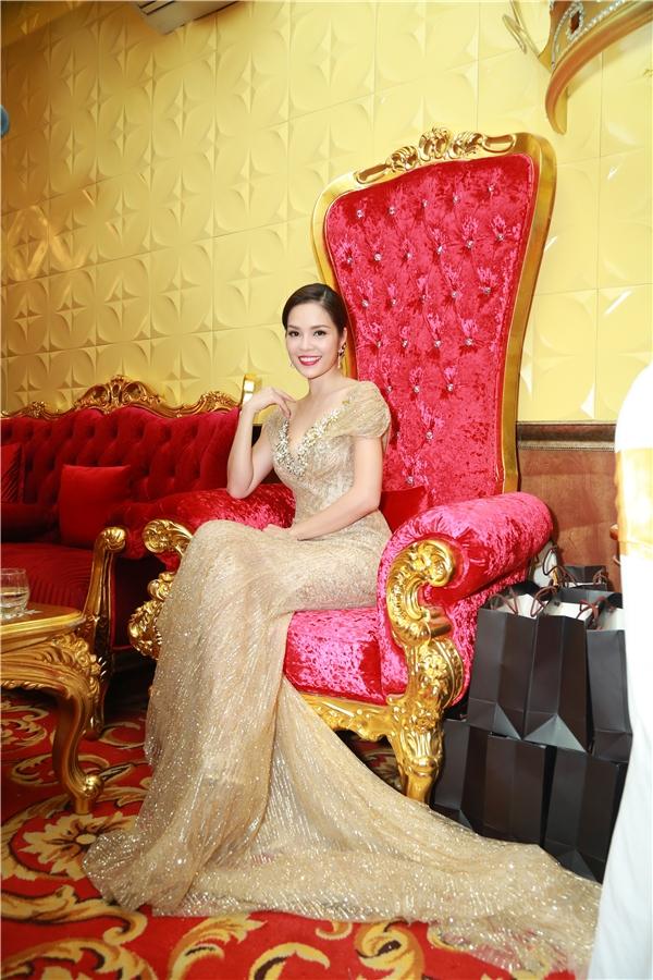 Dương Cẩm Lynh góp mặt tại sự kiện với vai trò MC dẫn dắt chương trình. - Tin sao Viet - Tin tuc sao Viet - Scandal sao Viet - Tin tuc cua Sao - Tin cua Sao