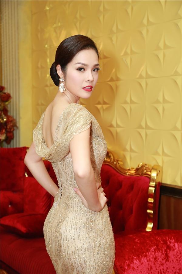 Nữ diễn viên diện bộ cánh sequin lấp lánh tôn nên vóc dáng gợi cảm. - Tin sao Viet - Tin tuc sao Viet - Scandal sao Viet - Tin tuc cua Sao - Tin cua Sao