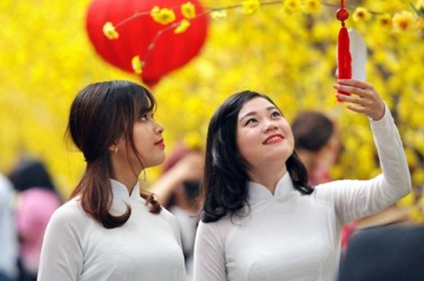 Đường phố Sài Gòn khắp nơi đều rực rỡ sắc xuân kèm theo tiếng nhạc xuân rộn ràng.