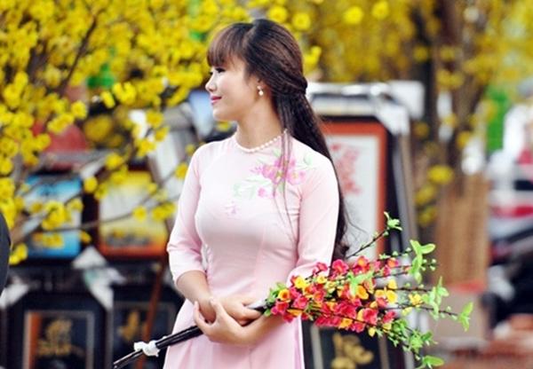 Sắc vàng của mai, hồng của đào cùng sự duyên dáng thướt tha của những cô gái Sài thành trong tà áo dài tạo nên những khoảnh khắc khó quên.
