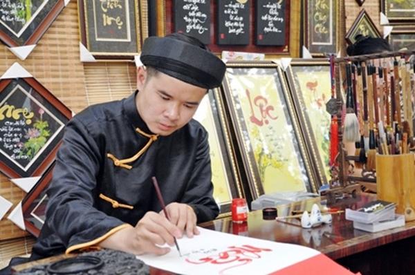 Tết đến xuân sang, hình ảnh các ông đồ ngồi cho chữ trên giấy đỏ làm nhiều người hoài niệm về nhữngTếtxưa đã gắn bó trong ký ức.