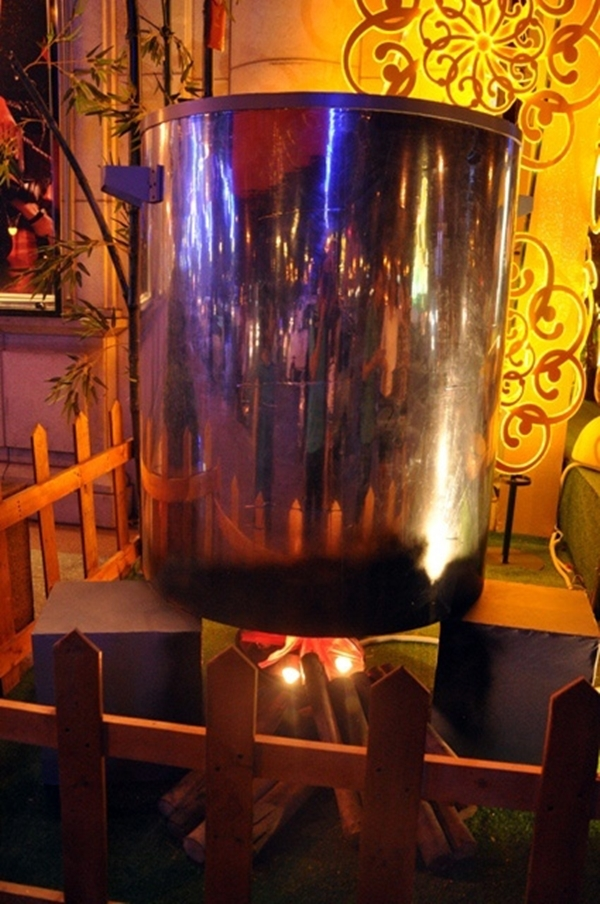 Hình ảnh bếp lửa hồng cùng nồi bánh chưng xanh được tái hiện ở giữa Sài Gòn