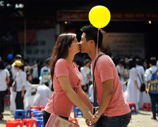 """""""Hay là mình cứ bất chấp hết để hôn nhau đi?"""" (Ảnh: Internet)"""