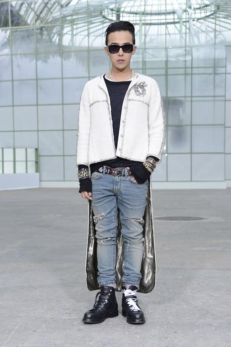 Cuối tháng 1 năm ngoái, G-Dragon tiếp tục thể hiện gu ăn mặc thời thượng tại show trình diễn Chanel Haute Couture giới thiệu bộ sưu tập Xuân – Hè.