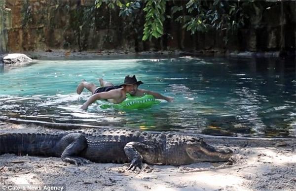Anh Charles Wieand, 34 tuổi, dùng một chiếc phao bơi trẻ em để thư giãntrong hồ cá sấu ở trại cá sấu Everglades tại Homestead, Floria mà không hề hấn gì.(Ảnh: Whatsthefuzzabout Wordpress)