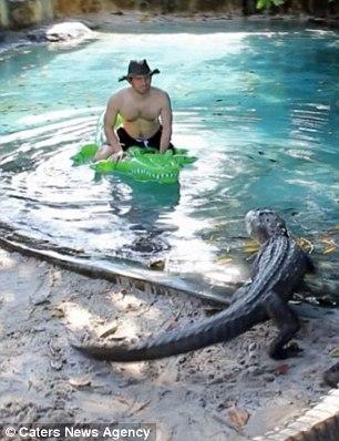 Diễn viên hài 34 tuổi không hề sợ hãi trước những con cá sấu hung tợn, lại tỏ ra khá thoải mái là đằng khác.(Ảnh: Whatsthefuzzabout Wordpress)