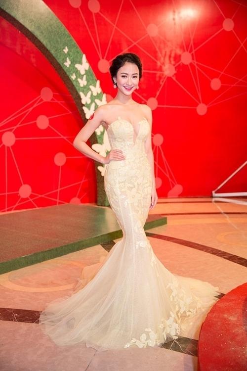 Á hậu Hà Thu nổi bật nhưng không làm mất đi vẻ ngọt ngào với sắc vàng chanh ngọt lịm. Người đẹp xứ Huế cũng đạt được thành công lớn trong năm 2015 vừa qua với thành tích top 17 Hoa hậu Liên lục địa.