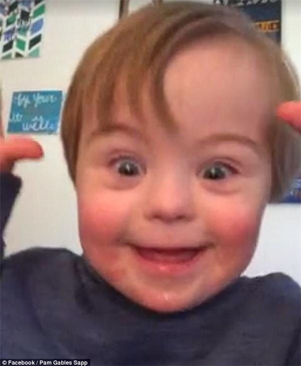 Cậu bé John David Marlin đáng yêu bập bẹ đọc bảng chữ cái theo mẹ và bà mình.(Ảnh: Daily Mail)