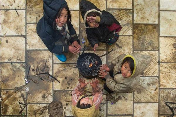 Những đứa trẻ co ro trong giá lạnh đượcRéhahn chụp lại. Ảnh: Internet