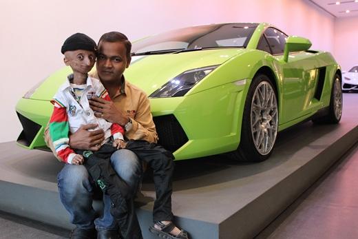 Cậu vừa được thỏa nguyện ước mơ lái Lamborghini. (Ảnh: The Sun)