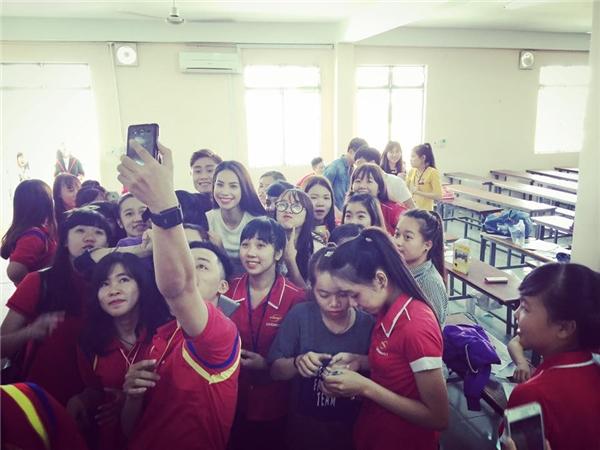 """Người đẹp được các bạn sinh viên """"vây kín"""" xin chụp hình. - Tin sao Viet - Tin tuc sao Viet - Scandal sao Viet - Tin tuc cua Sao - Tin cua Sao"""