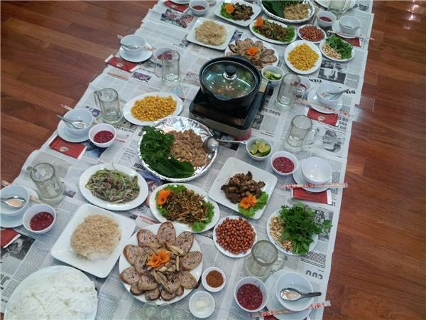 Món nướng là một trong những loại thức ăn dễ làm nếu tổ chức một bữa tiệc tại nhà. (Ảnh: Internet)  Rủ thêm nhiều bạn bè cho bữa tiệc thêm đông vui. (Ảnh: Internet)