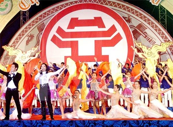 Pháo hoa mừng năm mới ở Hà Nội. (Ảnh: Internet)  Và pháo hoa của Thành phố Hồ Chí Minh. (Ảnh: Internet)  Bạn cũng có thể đến xem những chương trình ca nhạc mừng năm mới. (Ảnh: Internet)