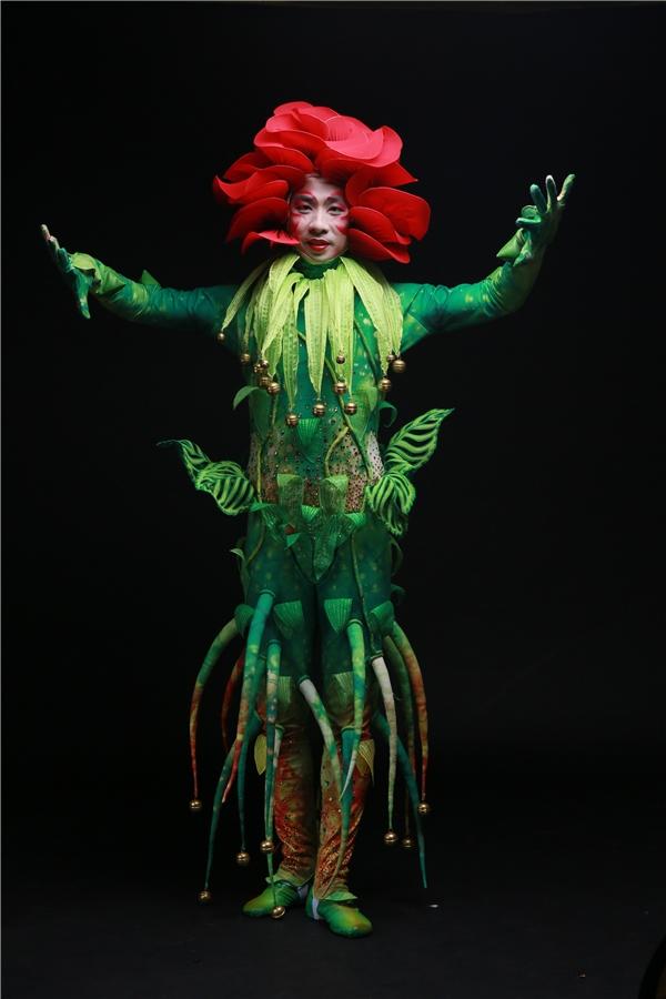 Công Trí thiết kế trang phục trình diễn cho toàn bộ các nhân vật trong Lonah Show...