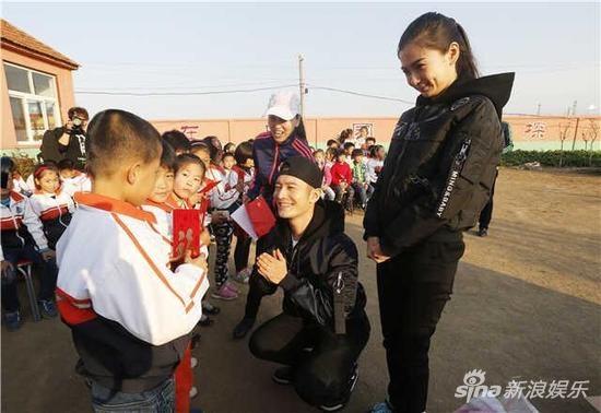 Huỳnh Hiểu Minh - AngelaBaby trở thành thánh từ thiện của Hoa ngữ