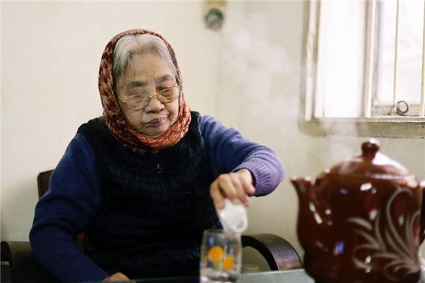 Bà bị lãng tai, hay quên nhưng lịch uống thuốc thì nhớ hơn cả máy tính.