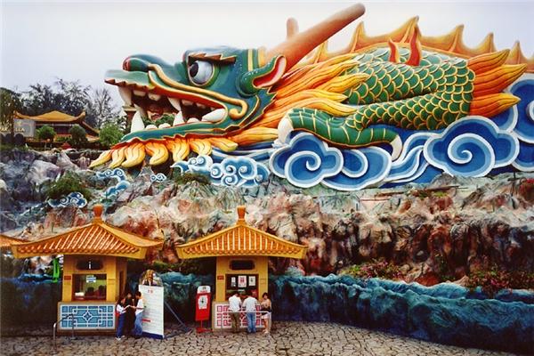 Thoạt nhìn, công viên này cũng khá hấp dẫn với lối kiến trúc khá giống chùa và có màu sắc sinh động.(Ảnh: Internet)