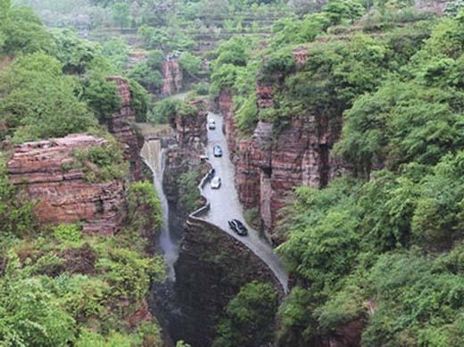 Hình ảnh con đường vào làng được chụp từ trên cao xuống, một vẻ đẹp thách thức con người.(Ảnh: Internet)