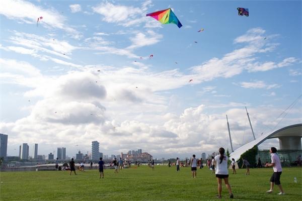 """Có lợi thế bãi cỏ xanh rì và rộng, lộng gió, Marina Barrage là địa điểm lí tưởng để người dân Singapore cũng như khách du lịch tổ chức những buổi dã ngoại và thả diều. Nếu bạn đi theo nhóm đông, chắc chắn sẽ có một buổi dã ngoại vui """"nổ trời"""" cho mà xem.(Ảnh: Internet)"""