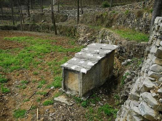 Ở đâu đó trong làng có những cổ vật cứ được đặt đểmột cách khó hiểu mà không ai dám đụng đến và cũng không ai dám tò mò. (Ảnh: Internet)