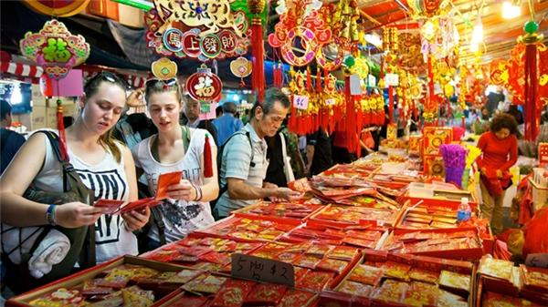 Tương tự như chợ đêm hay chợ hoa ở Việt Nam, những khu chợ đêm ở Singapore trưng bày đủ loại bánh mứt, thức ăn và cả không khí rộn ràng của mùa Tết nữa.(Ảnh: Internet)