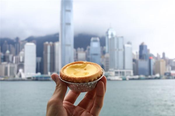 Bánh tart trứng vàng tươi, cắn một miếng là không thể cưỡng nổi vị béo ngậy, mềm mềm mà thơm cực kì.(Ảnh: Internet)