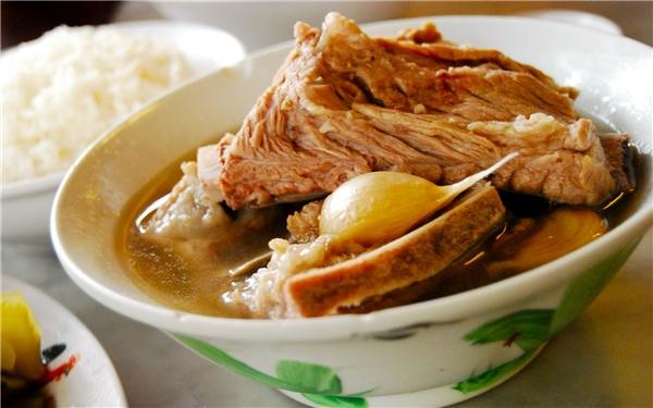 Bak Kut Teh là món canh sườn hầm với thuốc bắc nổi tiếng của người Malaysia và Singapore gốc Hoa. Một tô canh bak kut teh thường đi kèm với sườn heo, rau xanh và tàu hũ ki om, có thể ăn vào bất kìthời điểm nào trong ngày.(Ảnh: Internet)