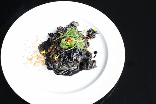"""Một số món """"đen mà chất"""" gây sốt ở Singapore năm 2015 vừa qua. (Ảnh: Internet)"""